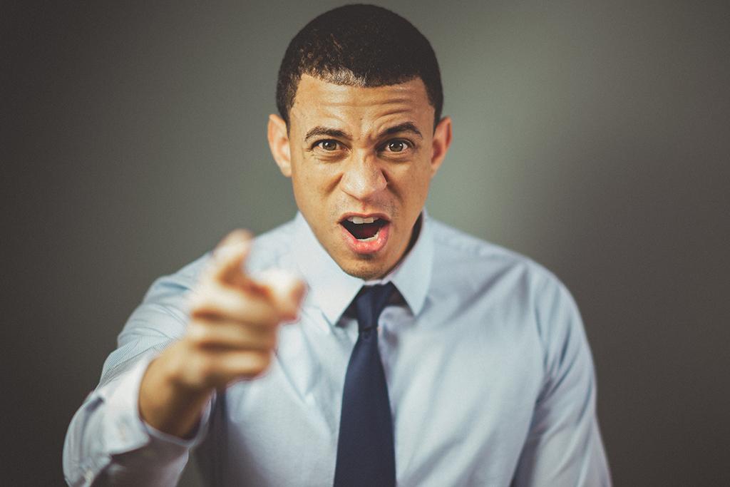 Jeune homme fâché qui pointe du doigt